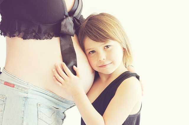 Abbigliamento premaman: come abbinare calze e collant ai tuoi outfit in gravidanza