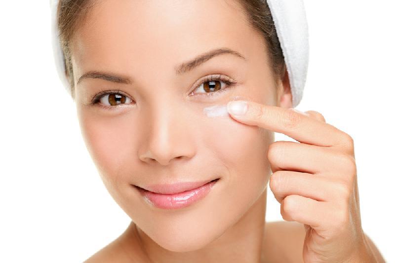 Crema contorno occhi: i principi attivi più adatti alla pelle femminile e maschile